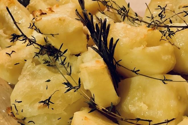 Запечени картофи с розмарин и чесън