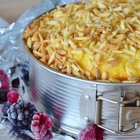 Large keks s kapini i malini