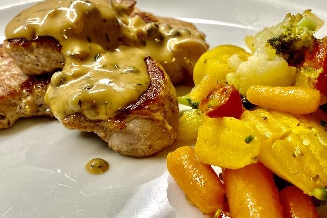 Свински карета на тиган със сметанов сос и зелен пипер на зърна