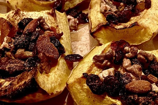 Печена тиква с мед, канела, сушени плодове и ядки