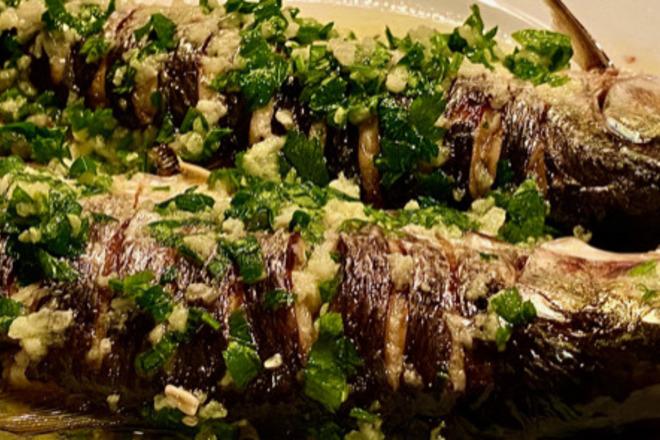 Карагьоз на фурна с чеснов сос и магданоз