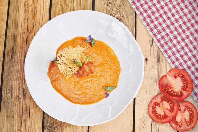 Супа с домати, аспержи и песто