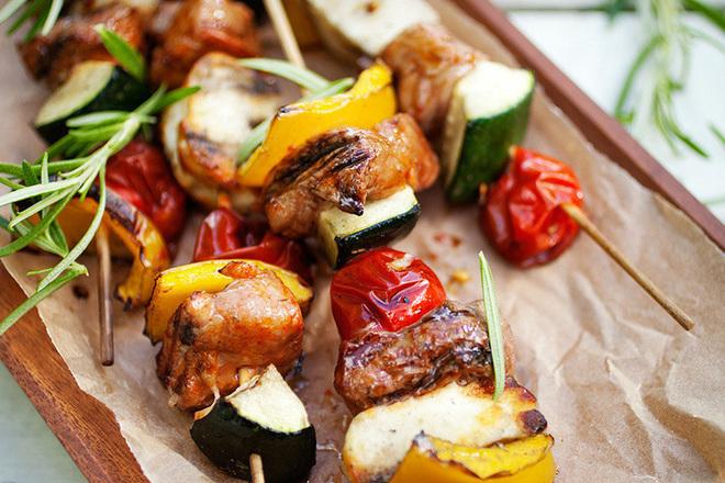Месно-зеленчукови шишчета с домати