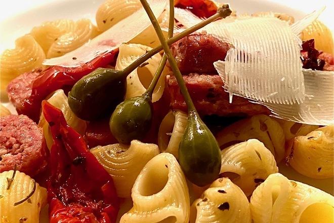 Паста салсиче със сушени домати и каперси
