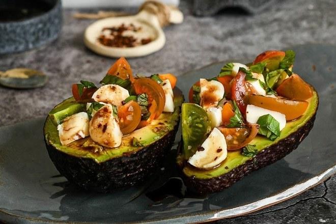 Капрезе с мини Кумато в авокадо